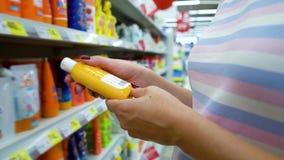 Zbliżenie kobiety blisko caucasian sklep odkłada wybierać kosmetyki w rynku zbiory
