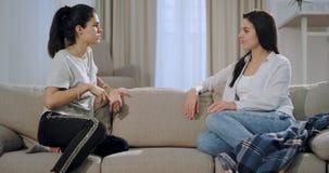 Zbliżenie kobiety dojrzały słuchanie koncentrował jej młodej siostry i znacząco rozmowę one siedzi na kanapie zbiory