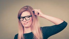 Zbliżenie kobiety główkowania twarzy wyrażenie zdjęcie stock