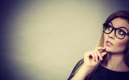Zbliżenie kobiety główkowania twarzy wyrażenie obrazy stock