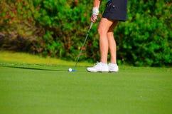 Zbliżenie kobiety golfisty kładzenie na zieleni zdjęcia stock