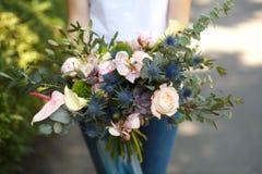 Zbliżenie kobiety kwiaciarni decorator chwyta świeżego kwiatu piękny bukiet dla panny młodej Wydarzenie dekoracja Kwiaciarnia obi fotografia royalty free