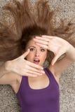 Zbliżenie kobiety lying on the beach na podłoga, indoors seans kamery znaku i Obraz Royalty Free
