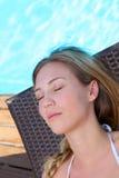 Zbliżenie kobiety lying on the beach w długim krześle Fotografia Royalty Free