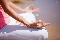 Zbliżenie kobiety medytować Zdjęcie Royalty Free