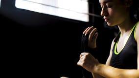 Zbliżenie kobiety opakowania dysponowane ręki z bandażem nagrywają narządzanie dla bokserskiego szkolenia fotografia stock