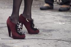 Zbliżenie kobiety ` s projektanta pięty na ulicie Zdjęcie Stock