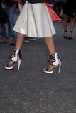 Zbliżenie kobiety ` s projektanta pięty na ulicie Fotografia Royalty Free