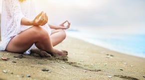 Zbliżenie kobiety ` s ręki medytować obrazy stock