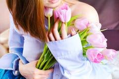 Zbliżenie kobiety ` s wręcza mienie bukiet różowi tulipany Obrazy Stock