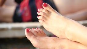 Zbliżenie kobiety stopa na plaży Dziewczyna pokazuje ona palce, gwoździe malujący z czerwoną laką zbiory wideo