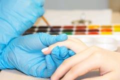 Zbliżenie kobiety zdrowi naturalni gwoździe w piękno salonie Manicurzysta ręki obrazu klienta gwoździe zdjęcia royalty free