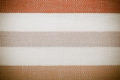 Zbliżenie kolorowa szara pomarańczowa biała pasiasta tkanina jako tło lub tekstura zdjęcia royalty free