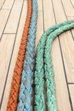Zbliżenie kolorowe gęste arkany na żaglówce zdjęcie royalty free