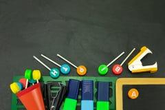Zbliżenie kolorowe szkolne dostawy z kopii przestrzenią na blackboar obraz stock