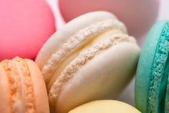 Zbliżenie kolorowi pastelowi macaroons Słodcy macarons Zdjęcia Stock