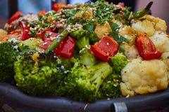 Zbliżenie kolorowi piec na grillu warzywa w ciskającym żelaznym czajniku obrazy stock