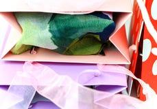 Zbliżenie kolorowi torba na zakupy wierzchołki Obrazy Royalty Free