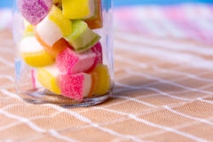 Zbliżenie kolorowy cukierek w słoju Zdjęcie Royalty Free