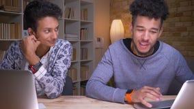 Zbliżenie krótkopęd hindusa, amerykanin afrykańskiego pochodzenia męscy ucznie i zdjęcie wideo