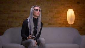 Zbliżenie krótkopęd młoda atrakcyjna caucasian modniś kobieta ogląda 3D akcji film na TV i dostaje jumpscare zbiory