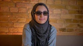 Zbliżenie krótkopęd młoda atrakcyjna muzułmańska kobieta ogląda 3D horror na TV w szkłach i dostaje straszący w hijab zbiory wideo