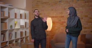 Zbliżenie krótkopęd młoda szczęśliwa muzułmańska para walkling w niedawno kupującego mieszkanie i sprawdza pokoju ono uśmiecha si zbiory wideo