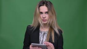 Zbliżenie krótkopęd młodego atrakcyjnego modnisia caucasian kobieta texting na pastylce i patrzeje kamerę z szokujący zbiory wideo