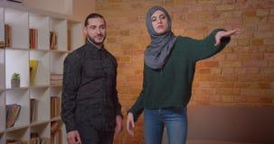 Zbliżenie krótkopęd młodej atrakcyjnej arabskiej pary domowy planowanie i osiedlenie w niedawno kupującym mieszkaniu indoors zbiory wideo