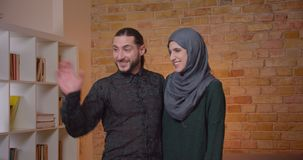 Zbliżenie krótkopęd młodej atrakcyjnej muzułmańskiej pary domowy planowanie i osiedlenie w niedawno kupującym mieszkaniu indoors zbiory wideo