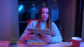 Zbliżenie krótkopęd młody atrakcyjny żeński blogger z dreadlocks bawić się wideo gameson i jest pastylki przegrywanie zdjęcie wideo