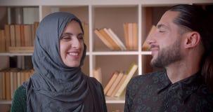 Zbliżenie krótkopęd młodzi muzułmańscy żeńscy, męscy ucznie i