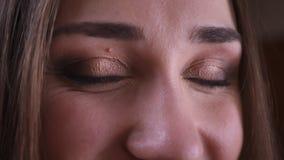Zbliżenie krótkopęd patrzeje ta kamerę z uśmiechniętym wyrazem twarzy młoda piękna żeńska twarz z oczami zbiory wideo
