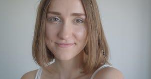 Zbliżenie krótkopęd potomstwo dosyć caucasian kobieta ono uśmiecha się z włosów pierścionkami i błyskotliwości makeup radośnie pa zbiory wideo