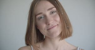 Zbliżenie krótkopęd potomstwo dosyć caucasian kobieta ono uśmiecha się z włosów pierścionkami i błyskotliwości makeup szczęśliwie zdjęcie wideo