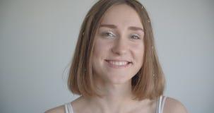 Zbliżenie krótkopęd potomstwo dosyć caucasian kobieta uśmiecha się szczęśliwie obracać kamera wewnątrz z włosów pierścionkami i b zbiory wideo
