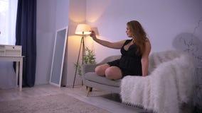 Zbliżenie krótkopęd tłuściuchna seksowna dosyć caucasian kobieta z dużymi piersiami używać telefon i brać selfies podczas gdy sie zdjęcie wideo