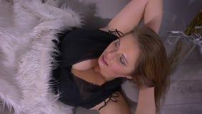 Zbliżenie krótkopęd tłuściuchna seksowna luksusowa caucasian kobieta patrzeje kamerę z dużymi piersiami podczas gdy kłamający na  zbiory