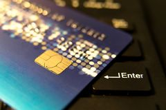 Zbliżenie kredytowa karta na czerni wchodzić do guzika, dogodność zakupy pojęcie zdjęcia stock