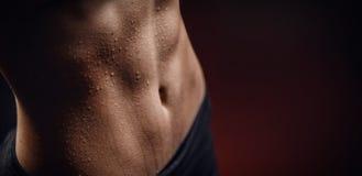 Zbliżenie kropla pot na skóry podbrzusza kobiecie po treningu By? mo?e fotografia royalty free
