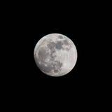 Zbliżenie księżyc w pełni nad ciemnego czerni niebem przy nocą, brać na 26 o Zdjęcie Stock