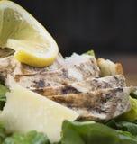 Zbliżenie kurczaka Caesar sałatka Fotografia Royalty Free