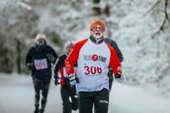 Zbliżenie lidera atlety męski bieg naprzeciw w średnim wieku grupowych biegaczów Zdjęcia Royalty Free