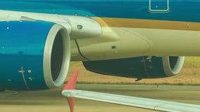 Zbliżenie liniowa silniki i kadłub ruszamy się wzdłuż pasa startowego zbiory wideo