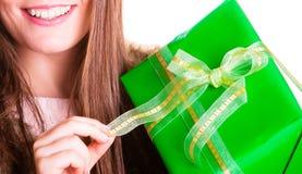 Zbliżenie ludzka osoba z pudełkowatym prezentem Urodziny Zdjęcia Royalty Free