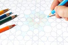 Zbliżenie ludzki ręka rysunek, kolorytu araba płytki dekoracyjny wzór Skład z ołówkami na stole artiste fotografia royalty free