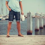 Zbliżenie mężczyzna iść na piechotę na molu w porcie z jachtami Obraz Royalty Free