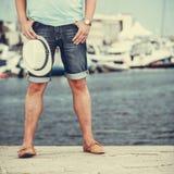 Zbliżenie mężczyzna iść na piechotę na molu w porcie z jachtami Zdjęcie Stock