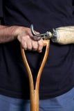 Zbliżenie mężczyzna ręka i protetyczna ręka opiera na głowie Zdjęcia Stock