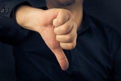 Zbliżenie mężczyzna ręka pokazuje kciuki zestrzela Zdjęcia Stock